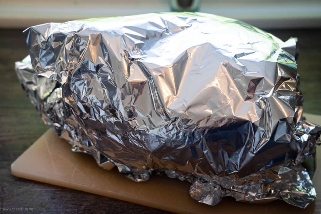 Thanksgiving-Truthahn in Alufolie ruhen lassen