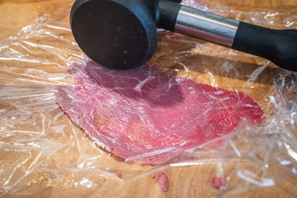 Rinderfilet für Carpaccio in dünne Scheiben schneiden