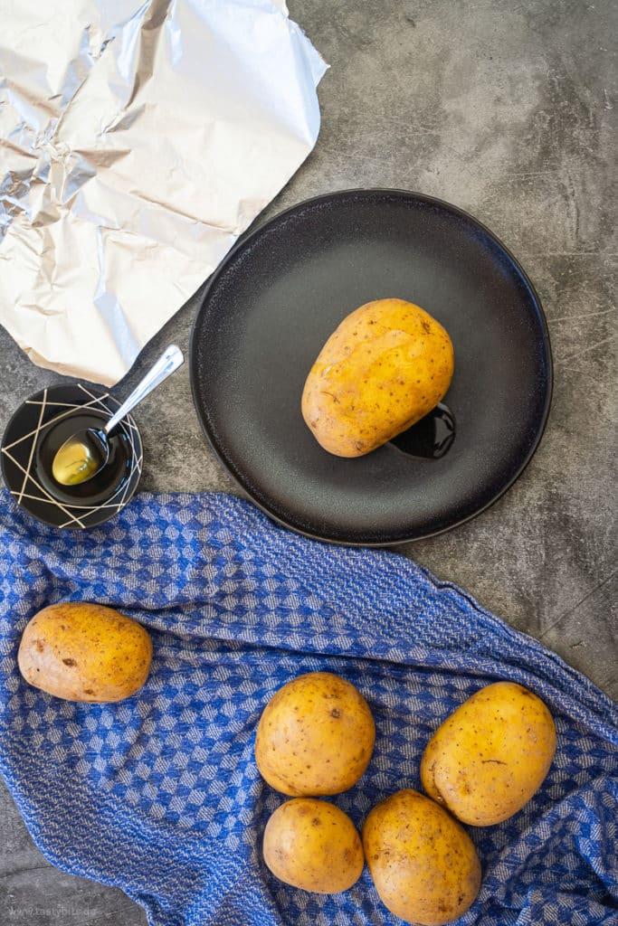 Kartoffeln mit Öl einreiben