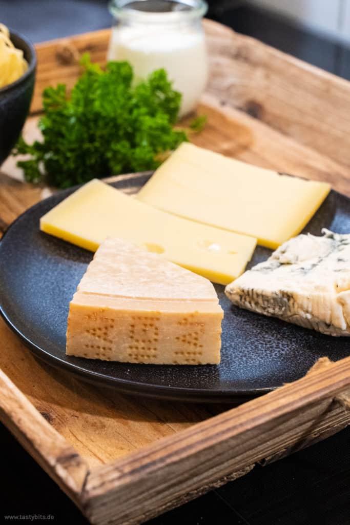 Verschiedene Käsesorten für eine Käsesauce