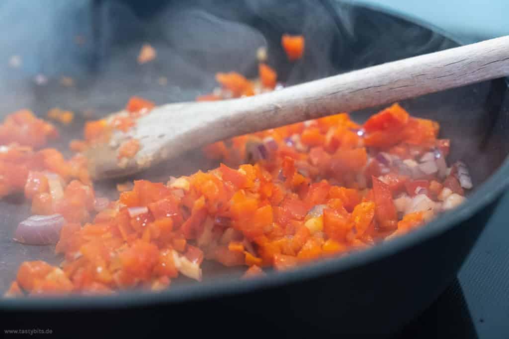 Gemüse für Albondigas Sauce anbraten